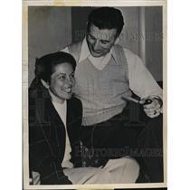 1946 Press Photo Hugh Gallernesu of Chicago Bears & Mary Owens - net28784