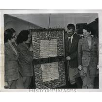 """1939 Press Photo """"Flying Hutchinson Family"""" w World Tour Scroll of Nations, D.C."""