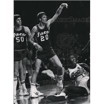 1976 Press Photo Bob Dandridge of the Milwaukee Bucks Reacts to a Foul Call