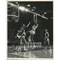 1976 Press Photo Elmore Smith-Bucks, Shoots Over Kareem Abdul-Jabbar-Lakers