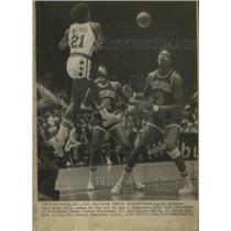 1976 Press Photo Dave Bing of the Washington Bullets Threw A Long Pass