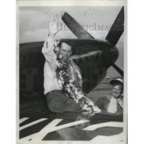 1946 Press Photo Dale Fulton waves happily after winning the first prize