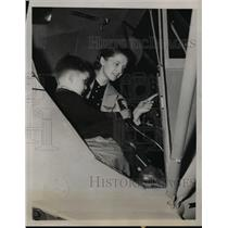 1939 Press Photo Nancy Schwartz & Donald Alfred in a Cub Coupe plane at NYC
