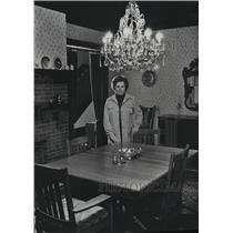 1914 Press Photo Rita Kuhnen displaying her home decorating talents - mja37992