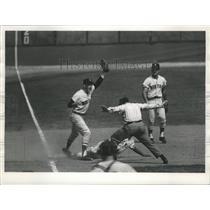 1970 Press Photo Roberto Pena (Milwaukee Brewers) Safe on Slide Into Third