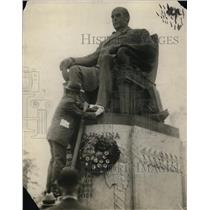 1915 Press Photo A man putting a wreath to a statue - cva21071