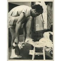 Press Photo Buffalo Bills player OJ Simpson in the locker room after practice