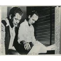 1947 Press Photo Clifford V. Evans, Jr.,George W. Truman studying maps