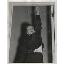 1939 Press Photo Kathleen Hildebrand Stretches to Height Requirements