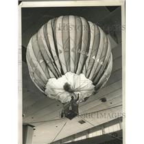 1972 Press Photo Leverett Richards waves as he hangs on to tiller of a balloon