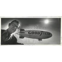 1974 Press Photo Carl Kurath pauses as the Goodyear blimp flies - oro19373