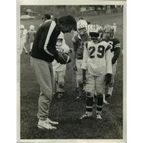 1973 Press Photo Jets QB Joe Namath & fans at a training camp - lfx03019