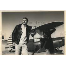 1988 Press Photo Tom Simmons displays his own biplane - oro11952