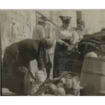 1918 Press Photo Community Market Fruit and Vegetable Buyers - ftx00303