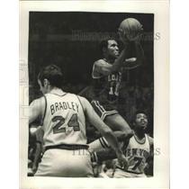 1972 Press Photo Celtics' Jo Jo White drives for 2 vs Knicks Bill Bradley