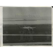 1938 Press Photo Howard Hughes' Silver Monoplane as He Skimmed the Runway
