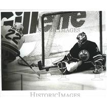 1996 Press Photo Rick Tocchet shoots on Curtis Joseph in 2nd Period - nef64572