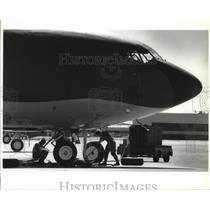 1993 Press Photo Crew maintain KC-135 tanker in good condition at Fairchild AFB