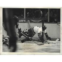 1975 Press Photo Glenn Reach of NY Islanders makes save vs Penguins at NY hockey