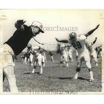 1968 Press Photo New Orleans Saints Head Coach Tom Fears Leads Team in Exercises