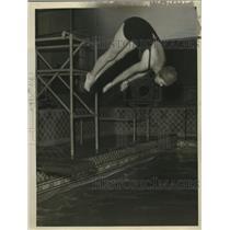 1922 Press Photo Diver Barbara Smith performing at a pool - net32649