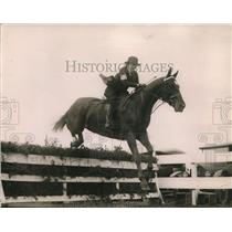 1920 Press Photo Becky Lanier on Bolling jumps at National Capitol Horse Show