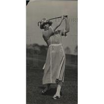 1923 Press Photo Golfer Mrs SR Boyce on a golf course - net33336