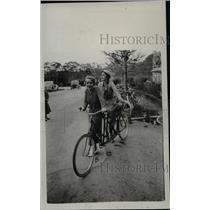 1933 Press Photo Lindsay Howard, Dana Fuller on Tandem Bicycle, San Mateo