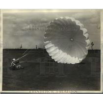 1929 Press Photo Soc Taylor daredevil parachutist at Roosevelt Field NY