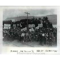 1914 Press Photo Volunteers mmove rock Dirt Columbia River Highway - orb18002