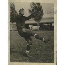 1925 Press Photo Alan Shapley, Halfback, Naval Academy, during practice kickoff