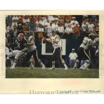 1991 Press Photo John Friesz-Quarterback for the San Diego Chargers Sets Play