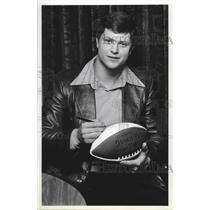 1980 Press Photo Seattle Seahawks football player, Dan Doornink, signs football