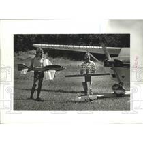 1988 Press Photo Joe Colletti Jr. and Bob Creighton hold their model planes.