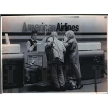 1993 Press Photo Kamsier's of Waukesha check their luggage at American Airlines