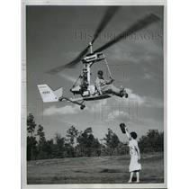 1959 Press Photo Igor Bensen Picks Up His Lunch On the Fly in Pinehurst, N.C.