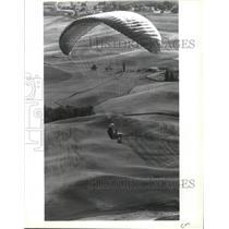 1994 Press Photo Paragliding, Geri Trzeciak glides over Palouse fields