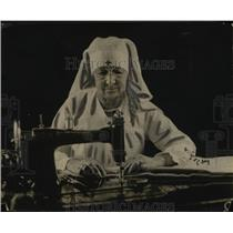 1918 Press Photo Marie Luzius working at Red Cross Hdqts with Rebekah Lodge