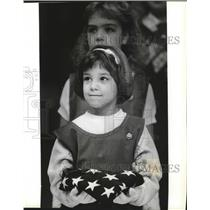 1992 Press Photo Girl Scouts Kristin Longwell, Erica Morbeck at Silver Lake Mall