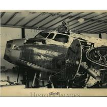 1983 Press Photo Mechanic Steven Washenko works on Lockheed Electra 10-E plane