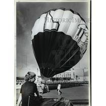 1989 Press Photo Idaho Centennial-Mason Kuntz watching hot air balloon take off
