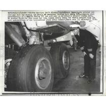 1959 Press Photo Capt. Edward Sommers inspect undercarriage of Boeing 707