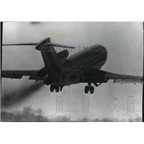 1971 Press Photo Plane Showing Demonstrating Use of New Smokeless Twin Engines