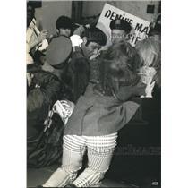 1969 Press Photo NY Jets' star Joe Namath mobbed by female fans at luncheon