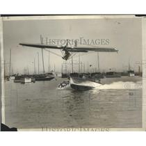 1930 Press Photo Glider Towed by Motorboat Makes Successful Flight - ney26972