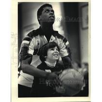 1967 Press Photo Milwaukee Bucks Basketball Player, Keith Smith, Helping Child