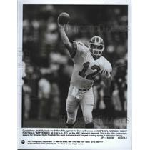 1989 Press Photo Buffalo Bills football quarterback, Jim Kelly, leads his team