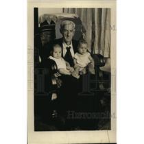1926 Press Photo James Madison Farrar of Alabama 108 Years-Old w/ Babies