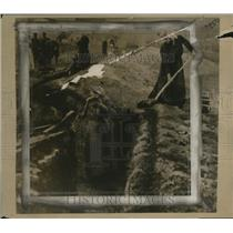 1918 Press Photo Italian Women Digging Trenches to Protect Homes - neo18205