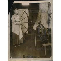 1920 Press Photo Mrs Laura Jackson of Vermont makes homespun dyed wool